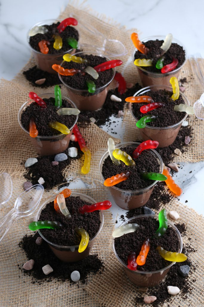 This grouping of dirt cups with pudding illustrates this dirt cups recipe.